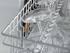 Výškově nastavitelný držák na sklenice v horním koši